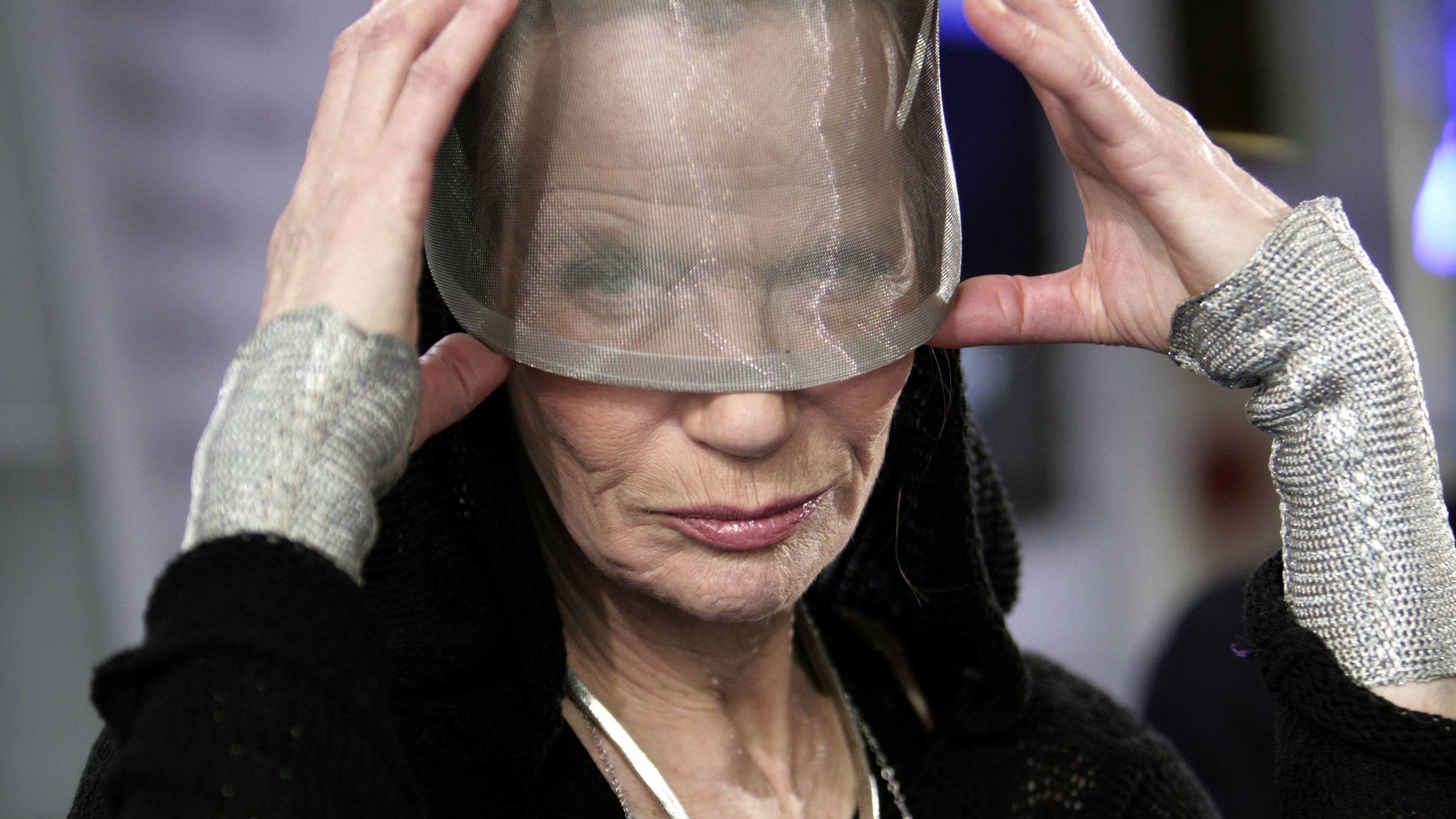 """Vera """"Veruschka"""" von Lehndorff  trägt eine Art Visier aus durchsichtigem Plastik, durch das man die obere Hälfte ihres Gesichtes nur erahnen kann"""