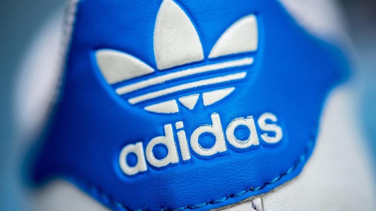 Ein weißer Turnschuh von Adidas.