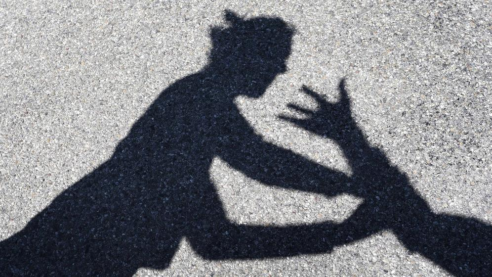 Schattenbild eines Angriffs auf eine Frau  | Bild:dpa-Bildfunk/Karl-Josef Hildenbrand
