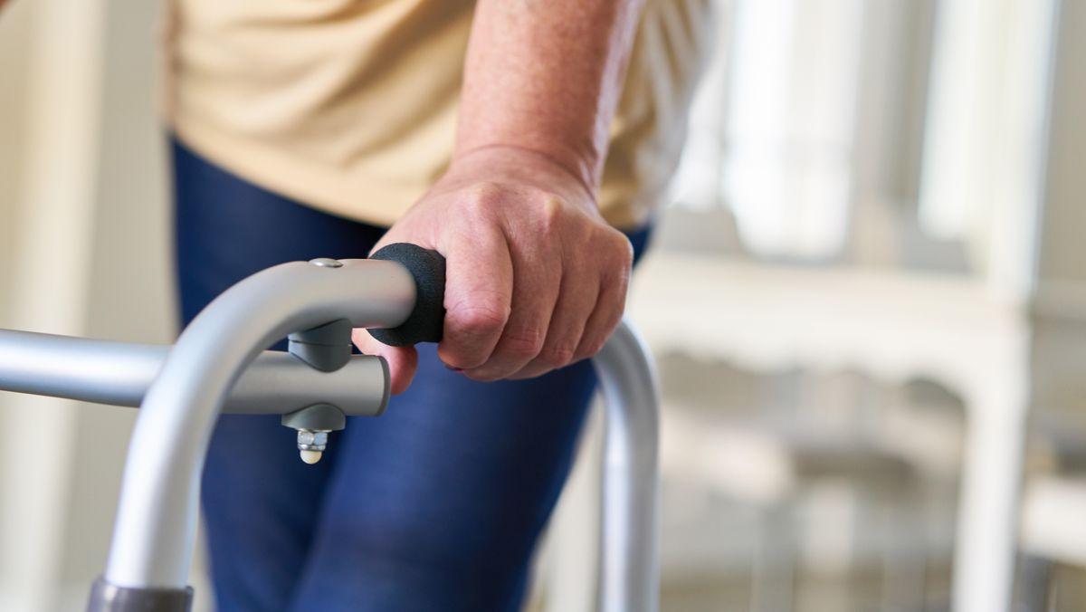 Viele Pflegebedürftige leben in ihrer häuslichen Umgebung. Sie haben besonders unter der Corona-Pandemie gelitten.
