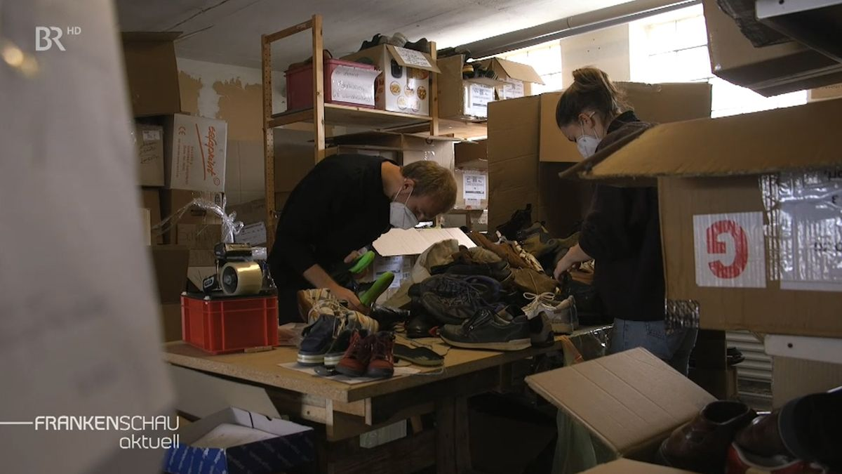Ehrenamtliche sortieren 24 Stunden lang Schuhe