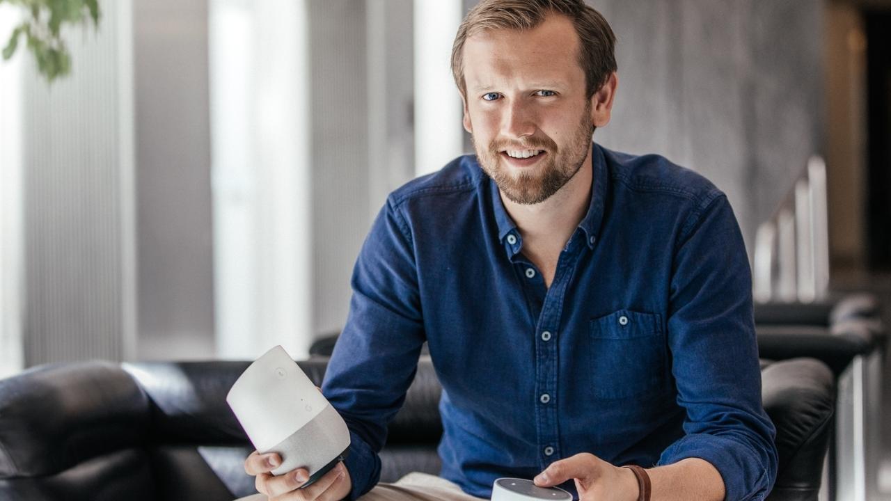 """Jonas Bedford-Strohm, BR, mit den virtuellen Sprachassistenten """"Alexa"""" der Firma """"Amazon"""" sowie """"Google Home"""" der Firma """"Google"""" (links)."""