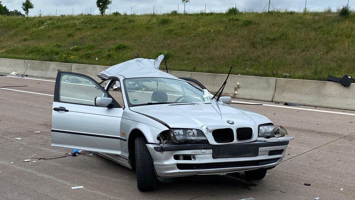 Bei einem schweren Autounfall auf der A8 wurde ein Auto durch den Aufprall zerrissen.