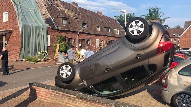 Nordrhein-Westfalen, Bocholt: Ein Auto liegt nach dem Tornado in Bocholt auf dem Dach.