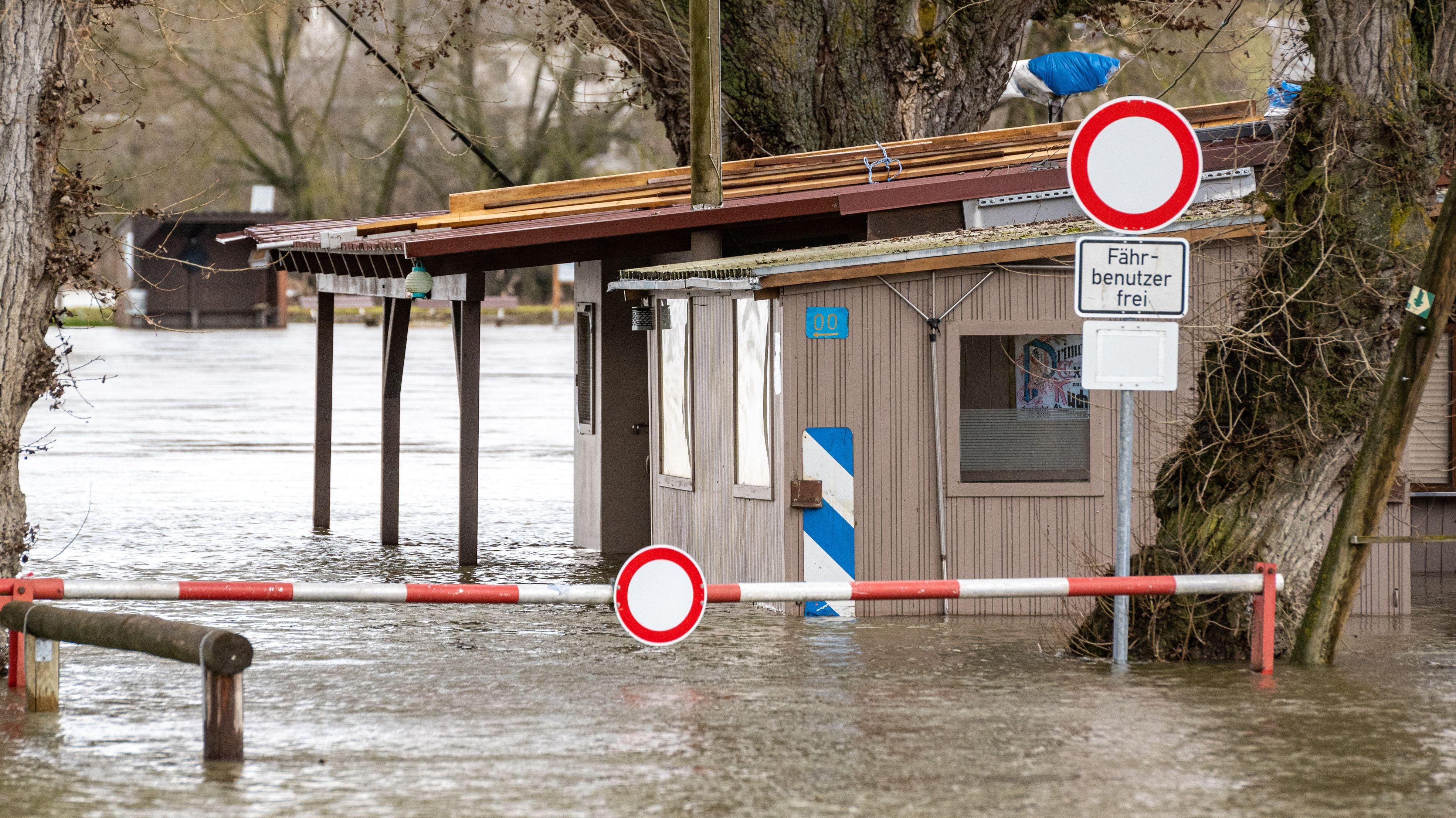 Ein Ausflugslokal ist von der Donau überflutet. Der Starkregen hat die Flüsse im Freistaat anschwellen lassen.