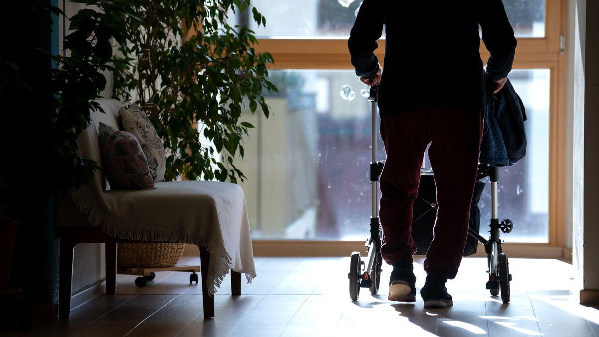 Nach einem Corona-Ausbruch in einem Pflegeheim in Markt Schwaben sind 19 Bewohner an oder mit dem Virus gestorben. (Symbolbild)