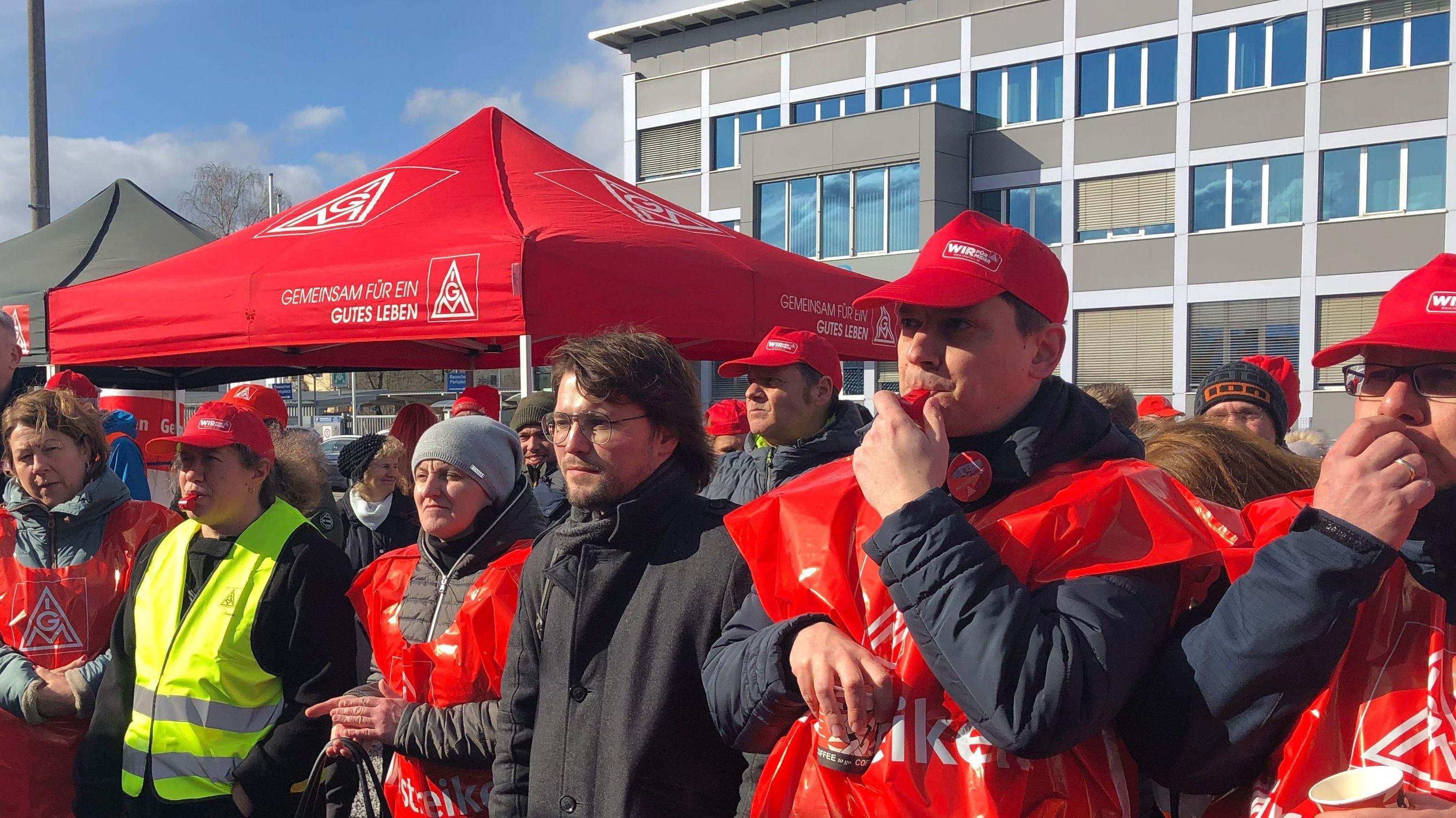 Harman-Mitarbeiter streiken am Werk in Straubing