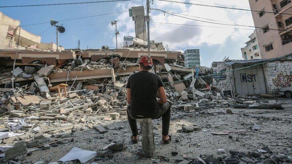 Ein Mann betrachtet im Gaza-Streifen die Trümmer seines Hauses