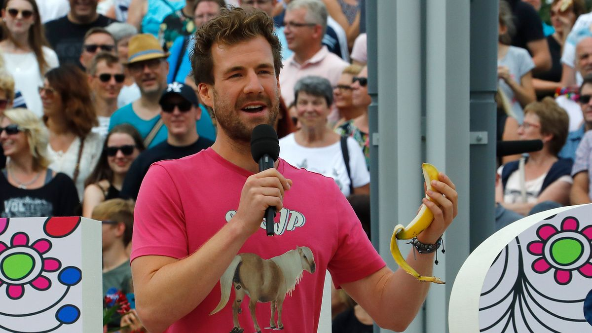 """Mockridge, Comedian, steht mit einer Banane in der Hand auf der Bühne des """"ZDF-Fernsehgarten"""". Der 30-Jährige hat viele Zuschauer unter anderem mit Witzen über alte Menschen verärgert und Buhrufe provoziert."""