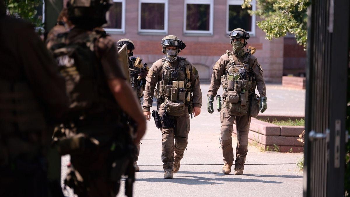 Spezialkräfte der Polizei sichern die Schule