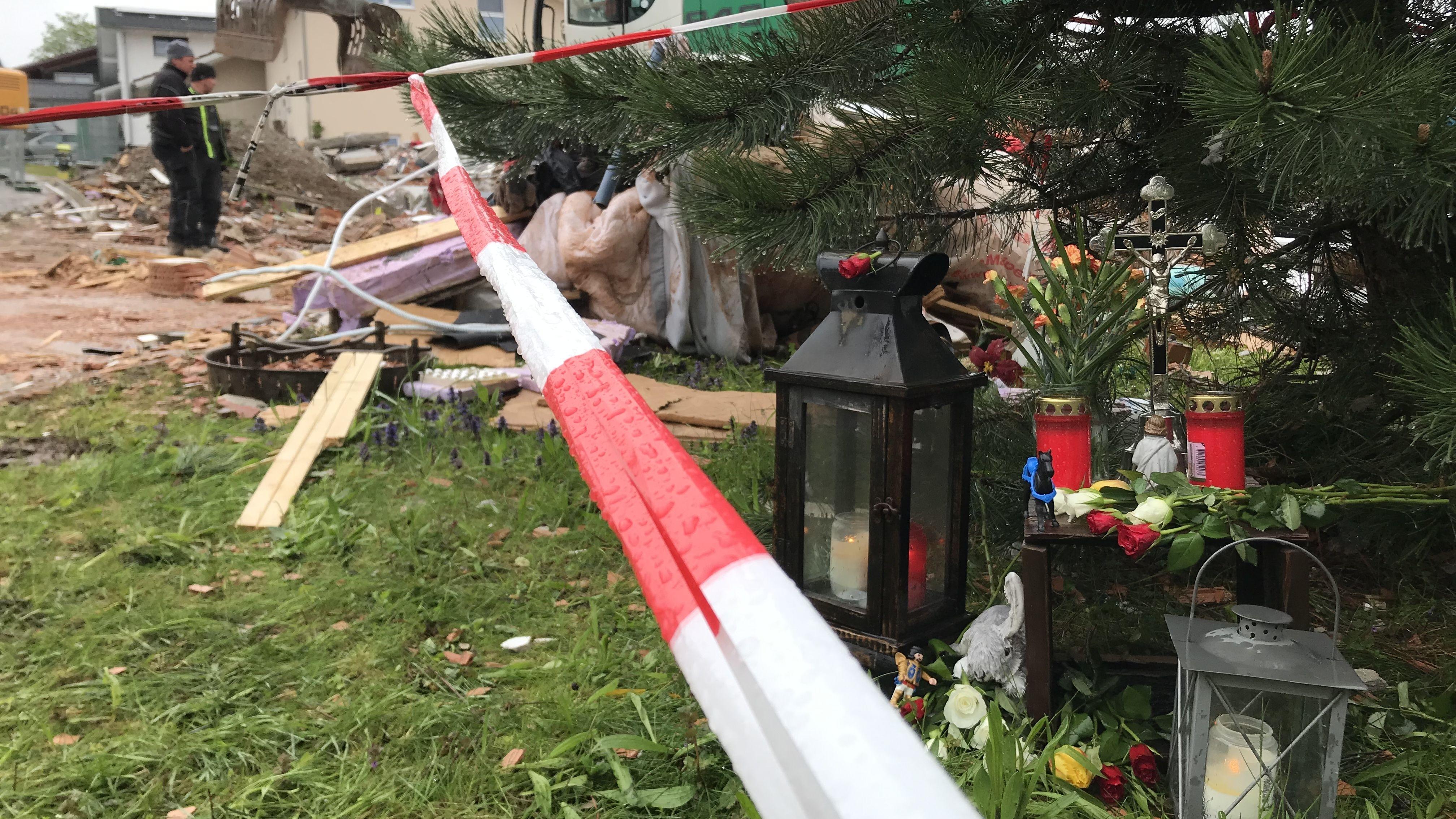 Aufräumarbeiten nach der Explosion in Rettenbach.