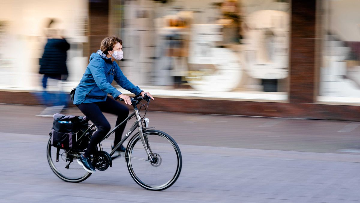 Radfahrer mit Mund-Nase-Maske