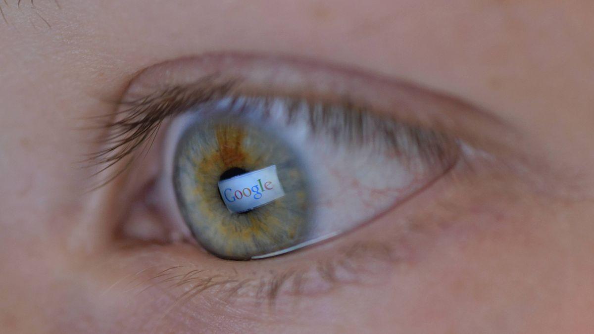 Auge, in dem sich der Google-Schriftzug spiegelt