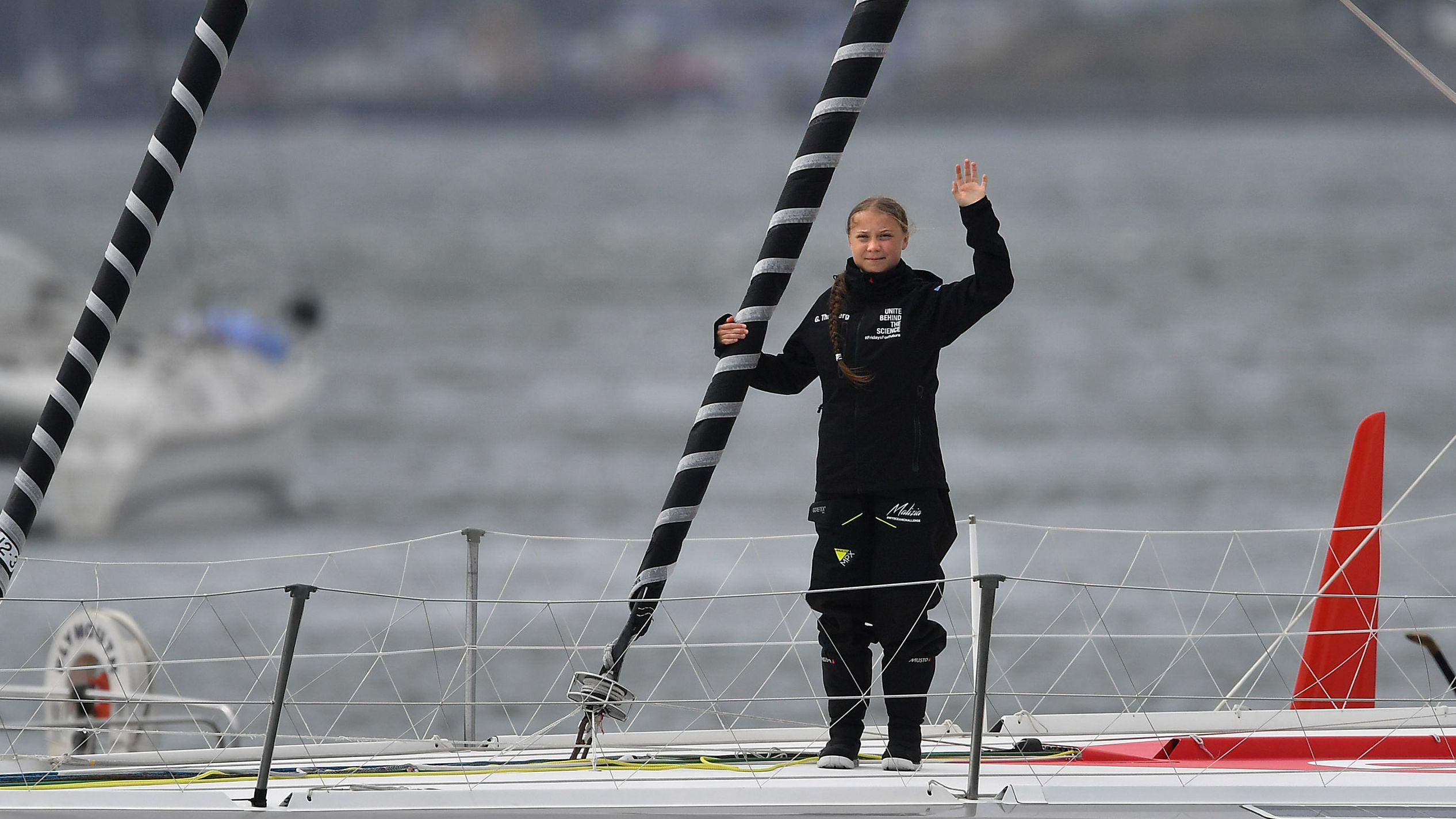 """Greta Thunberg winkt von Board der Hochseejacht """"Malizia""""."""