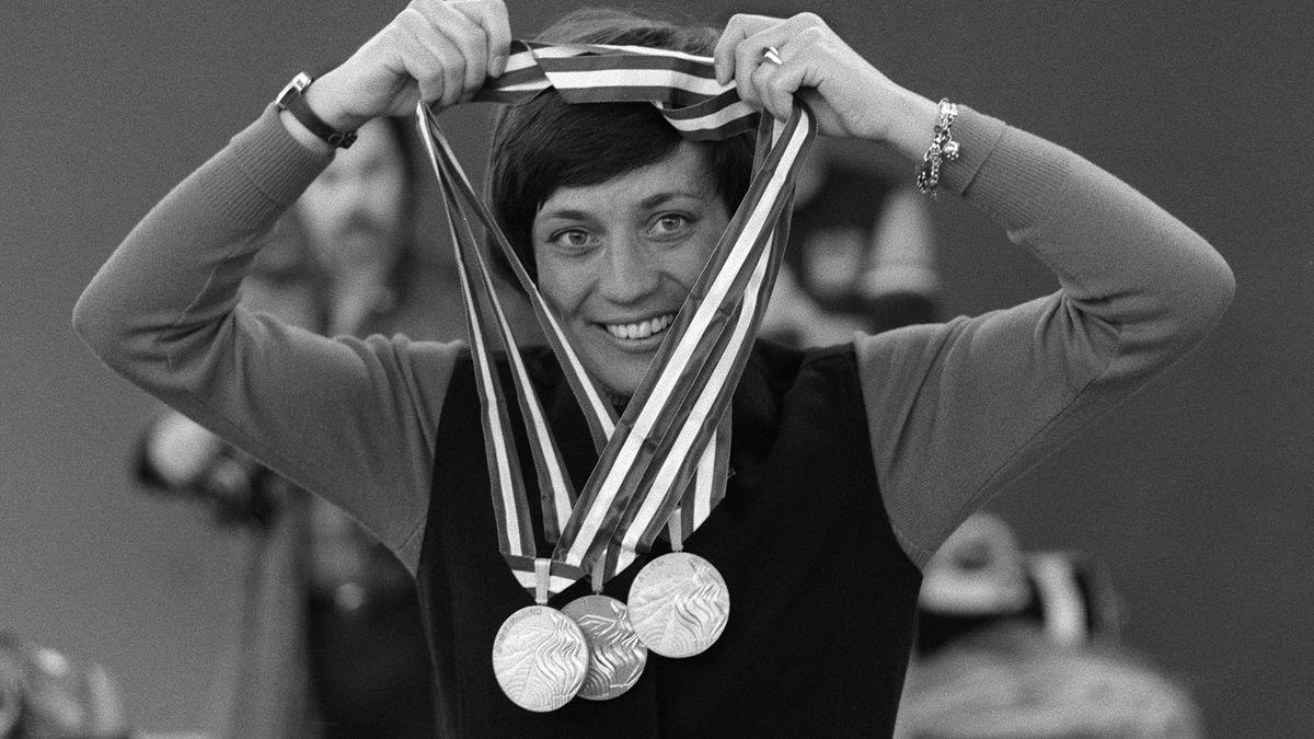 Rosi Mittermaier 1976 mit ihren Olympiamedaillen