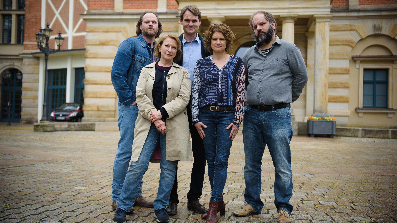 Die Schauspieler des Franken-Tatorts stehen bei einem Foto-Call vor dem Bayreuther Festspielhaus.