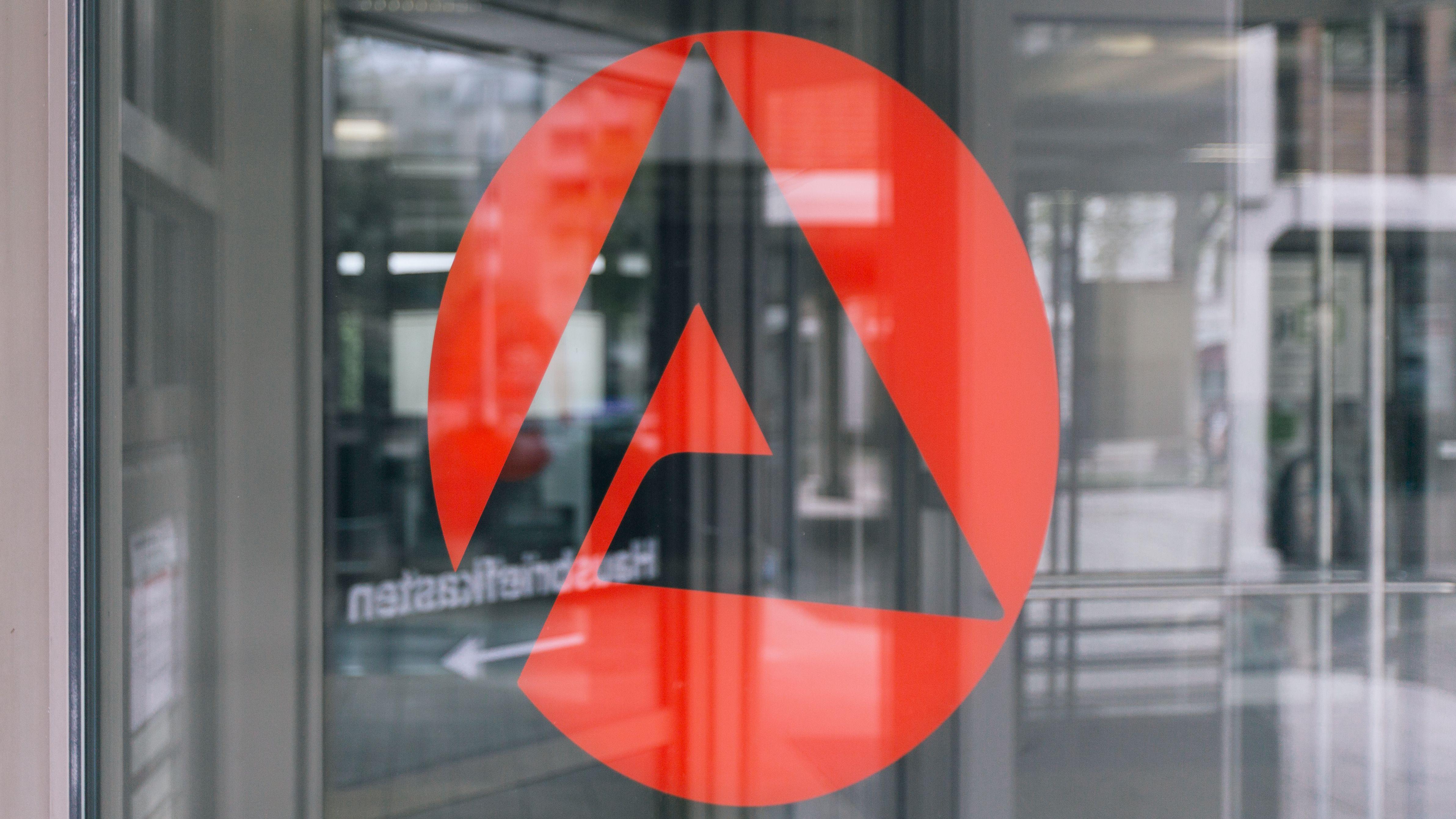 Logo der Agentur für Arbeit auf einer Glastür.