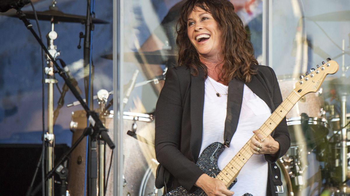 Alanis Morissette mit Gitarre, bei einem Konzert in New Orleans