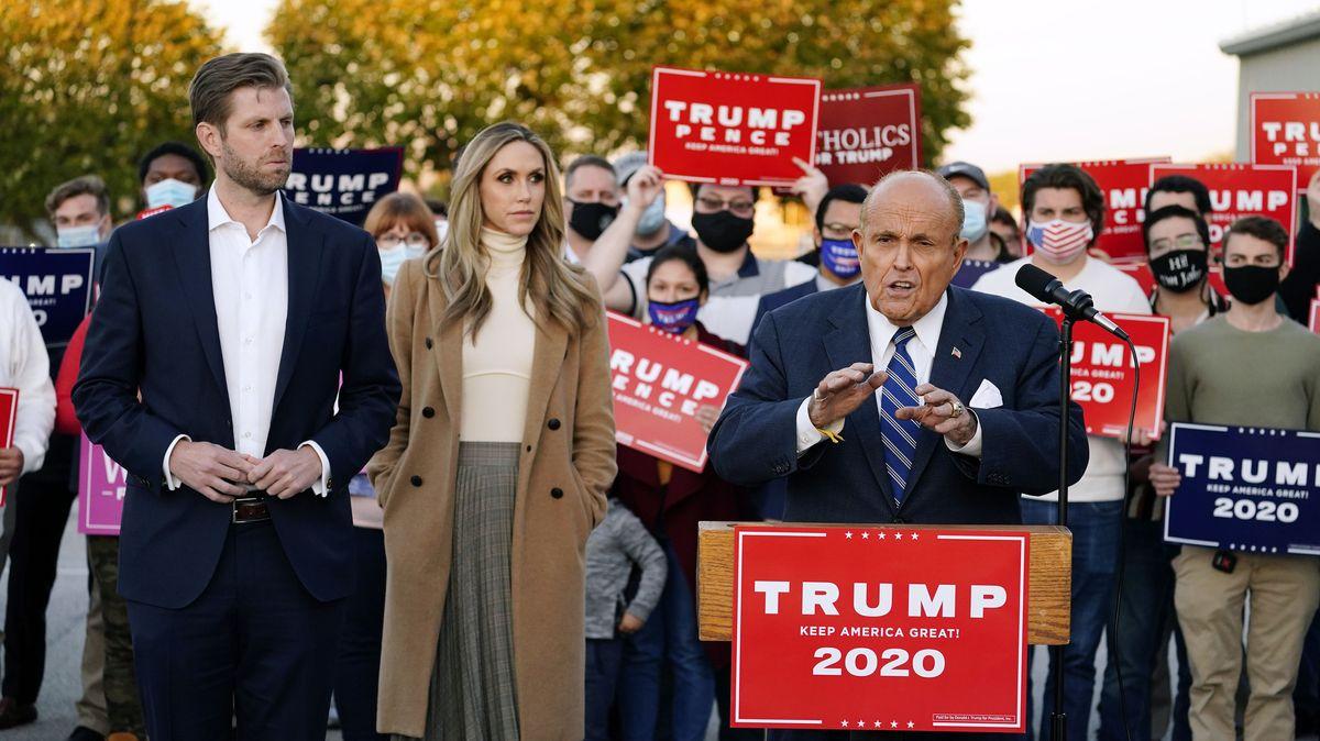 USA, Philadelphia: Rudy Giuliani spricht während einer Pressekonferenz über rechtliche Anfechtungen der Stimmenauszählung in Pennsylvania.