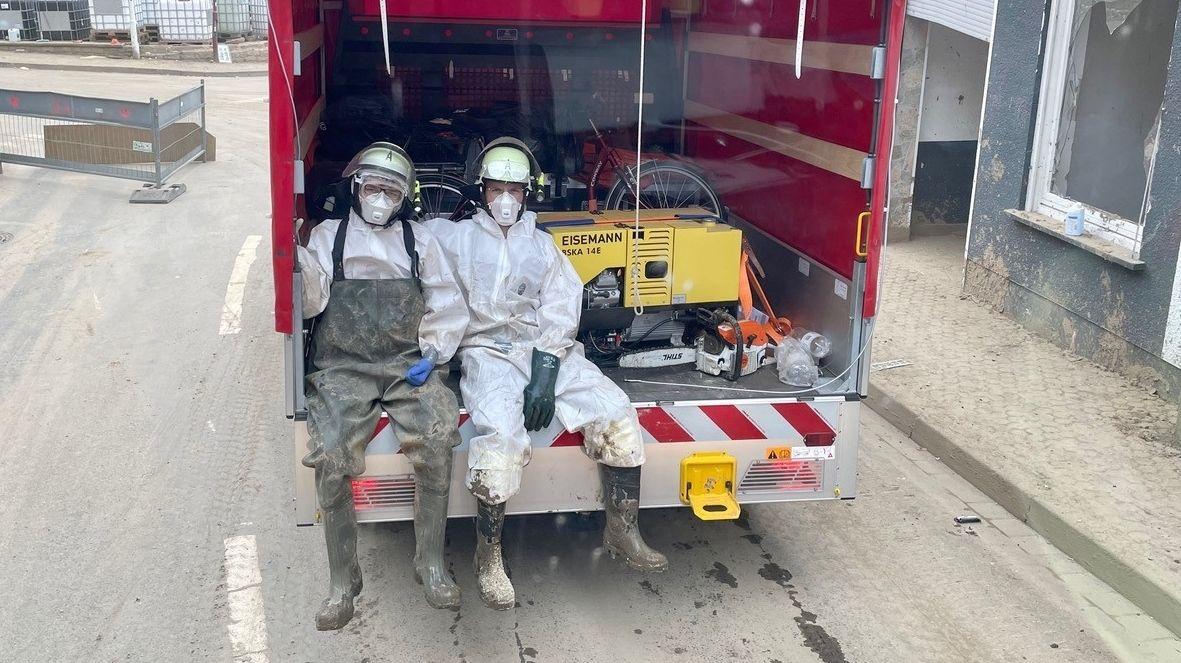 Die Volkacher Feuerwehrleute müssen bei ihrem Einsatz nach den Überschwemmungen in Altenahr permanent Schutzanzüge und Masken tragen.