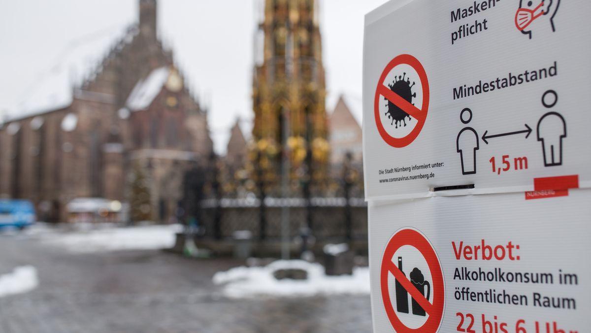 Schild informiert in Nürnberg über die Maskenpflicht und weitere Corona-Verhaltensregeln