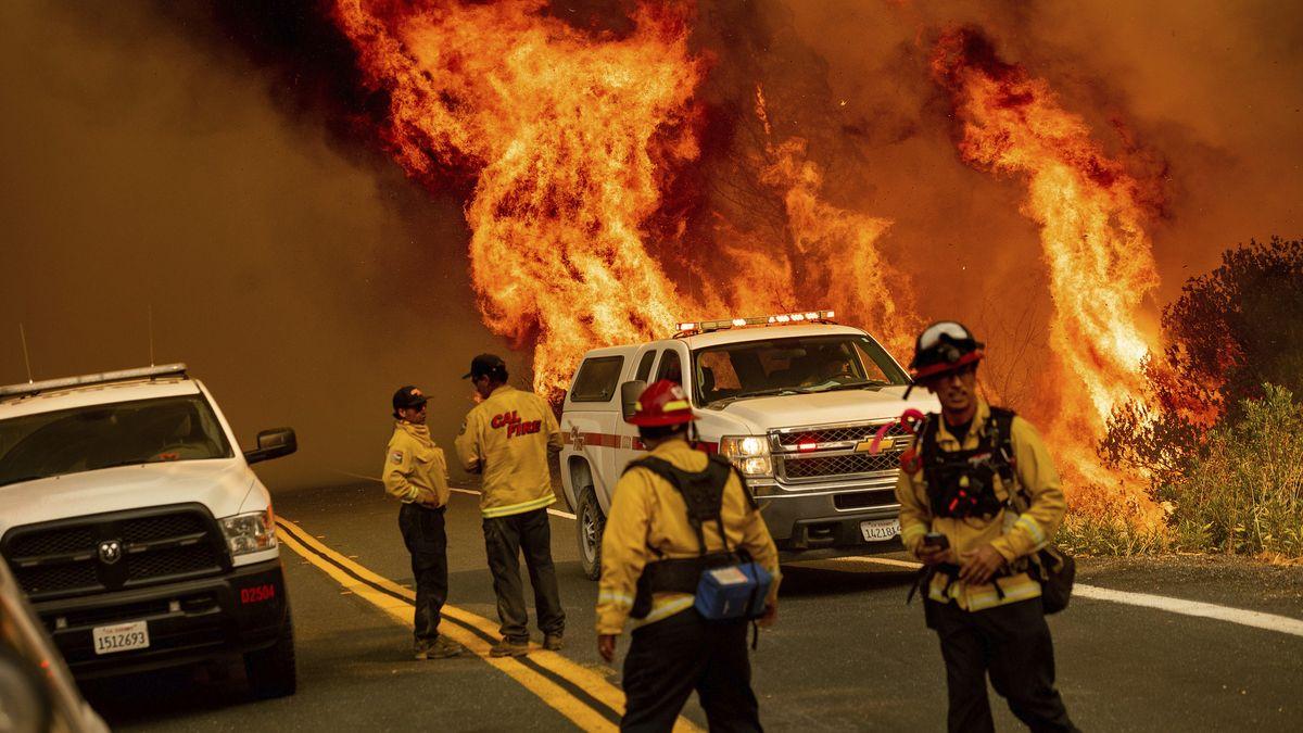 USA, Lake County: Die Flammen der Waldbrände sind am 24.8.20 neben einer Straße zu sehen. Feuerwehrkräfte versuchen das Feuer an der Butts Canyon Road unter Kontrolle zu bringen.