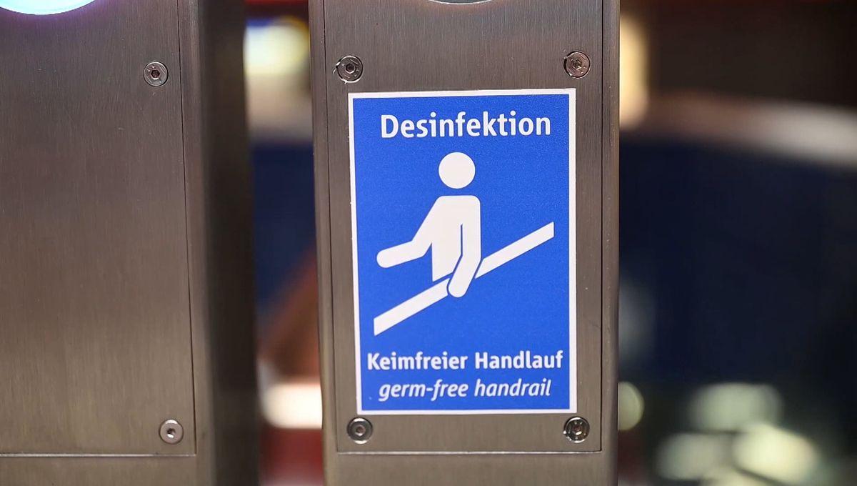 Keimfreier Handlauf an einer neuen Rolltreppe am Münchner Marienplatz.