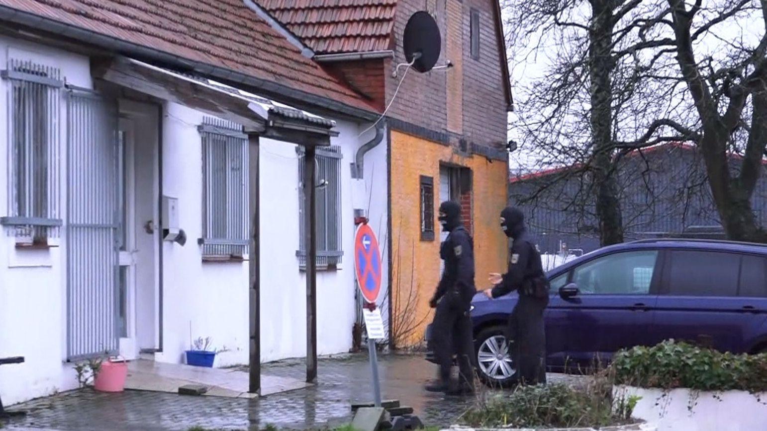 Polizisten bei Razzia gegen Schleuser