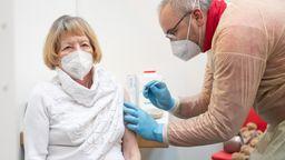 Eine Seniorin wird geimpft (Symbolbild)   Bild:pa / dpa