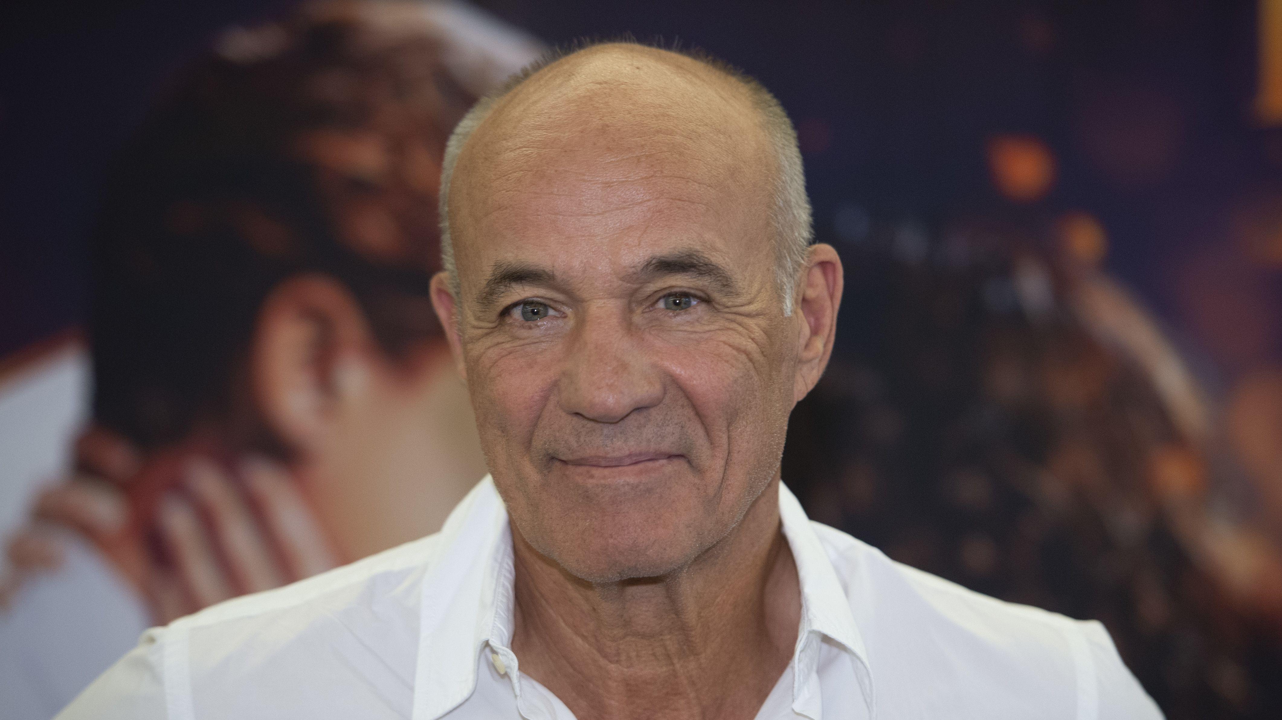 Porträt des Schauspielers Heiner Lauterbach in weißem Hemd, mit offenem Kragen bei einer Filmpremiere in Essen vergangenen Sommer