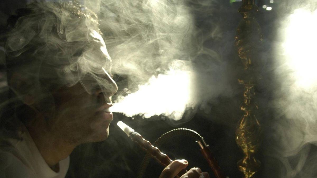 Ein Mann raucht Wasserpfeife. (Symbolbild)