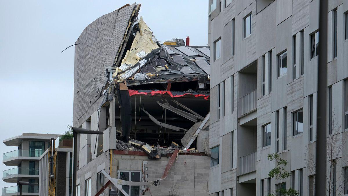 Blick auf ein eingestürztes Gebäudes auf einer Baustelle in der Jos Smolderenstraat im Stadtteil Nieuw Zuid.