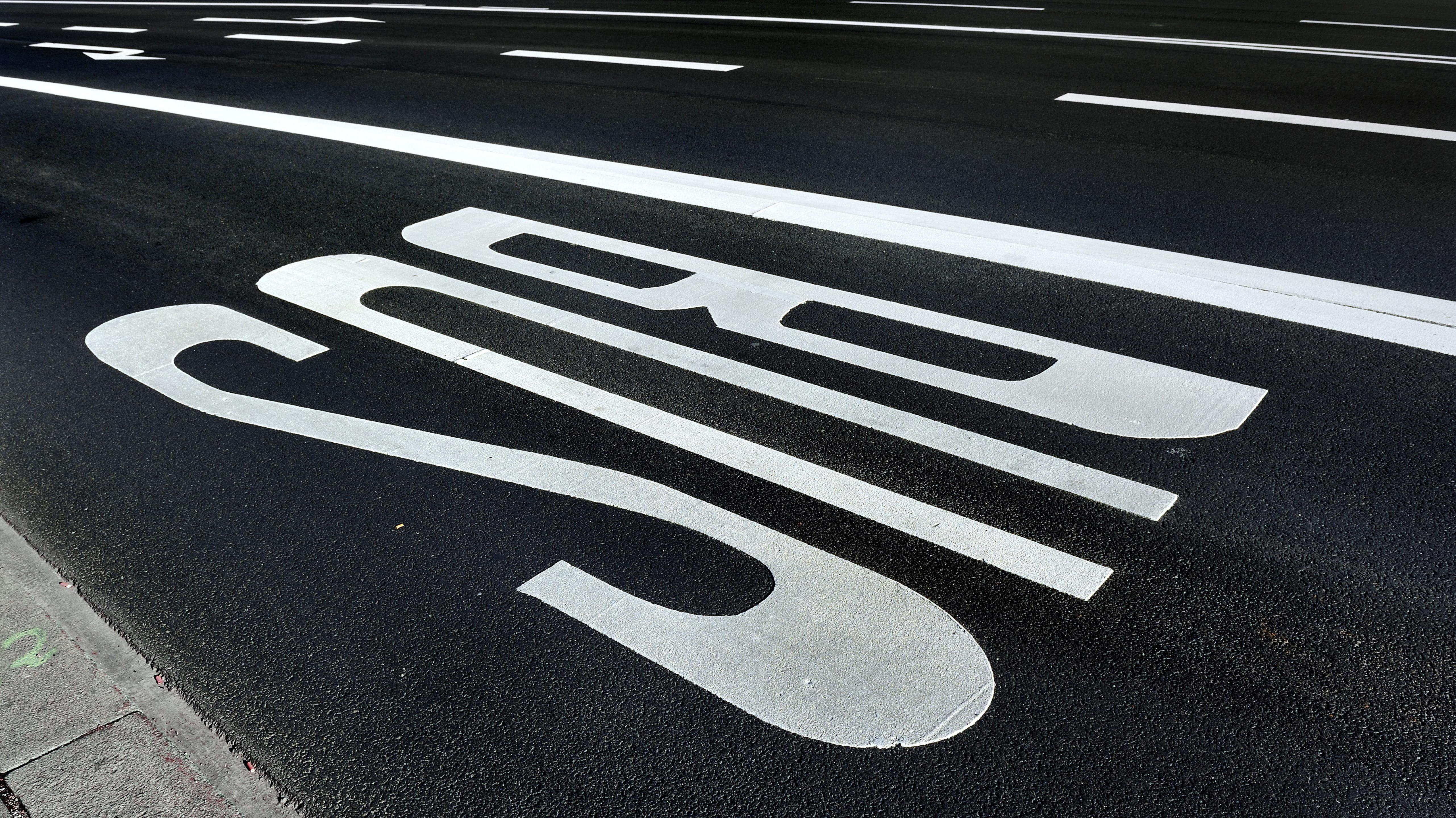 Markierung für eine Busspur auf einer Straße