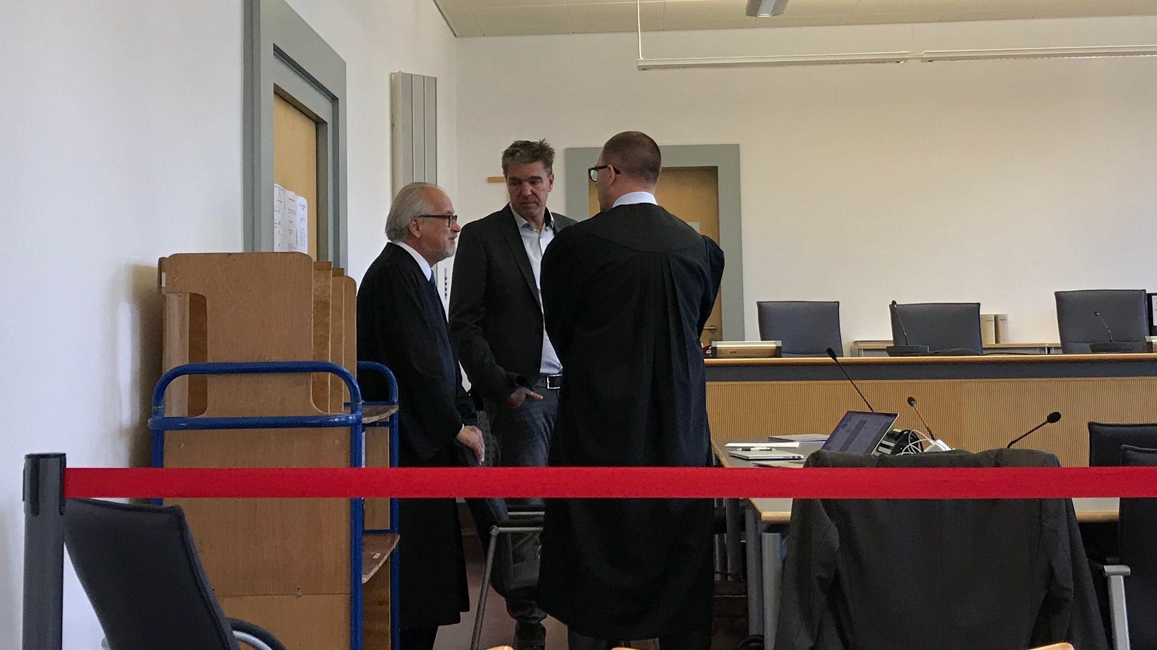 Der Angeklagte Bayern-Ei Ex-Geschäftsführer mit seinen Anwälten