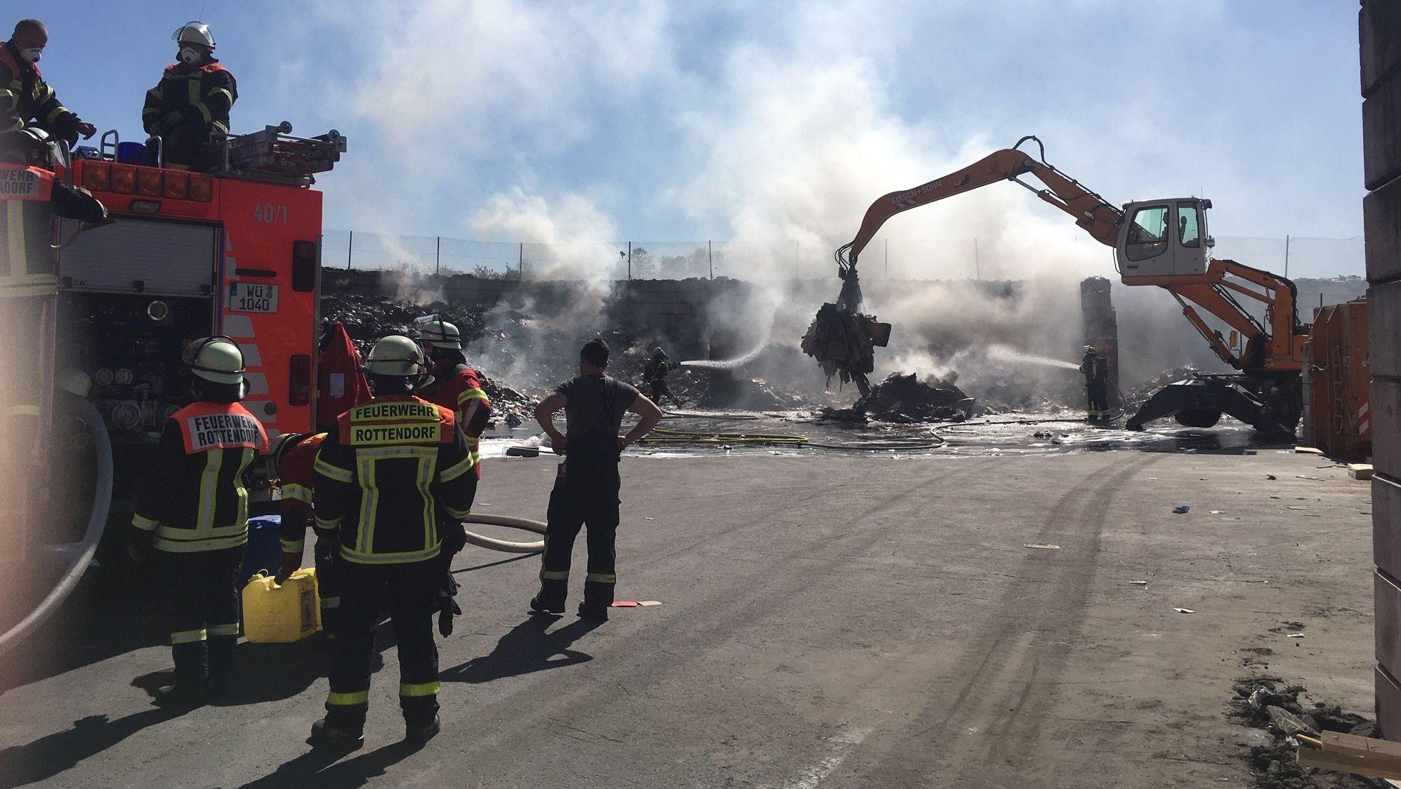 Feuer bei einem Entsorgungsunternehmen in der Gattinger Straße in Würzburg