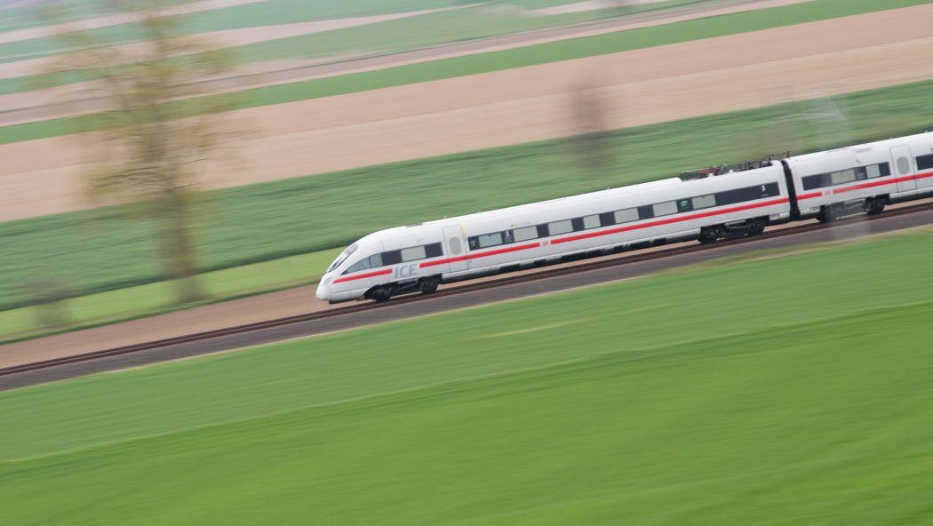 Ein ICE der Deutschen Bahn fährt auf einer ICE-Trasse