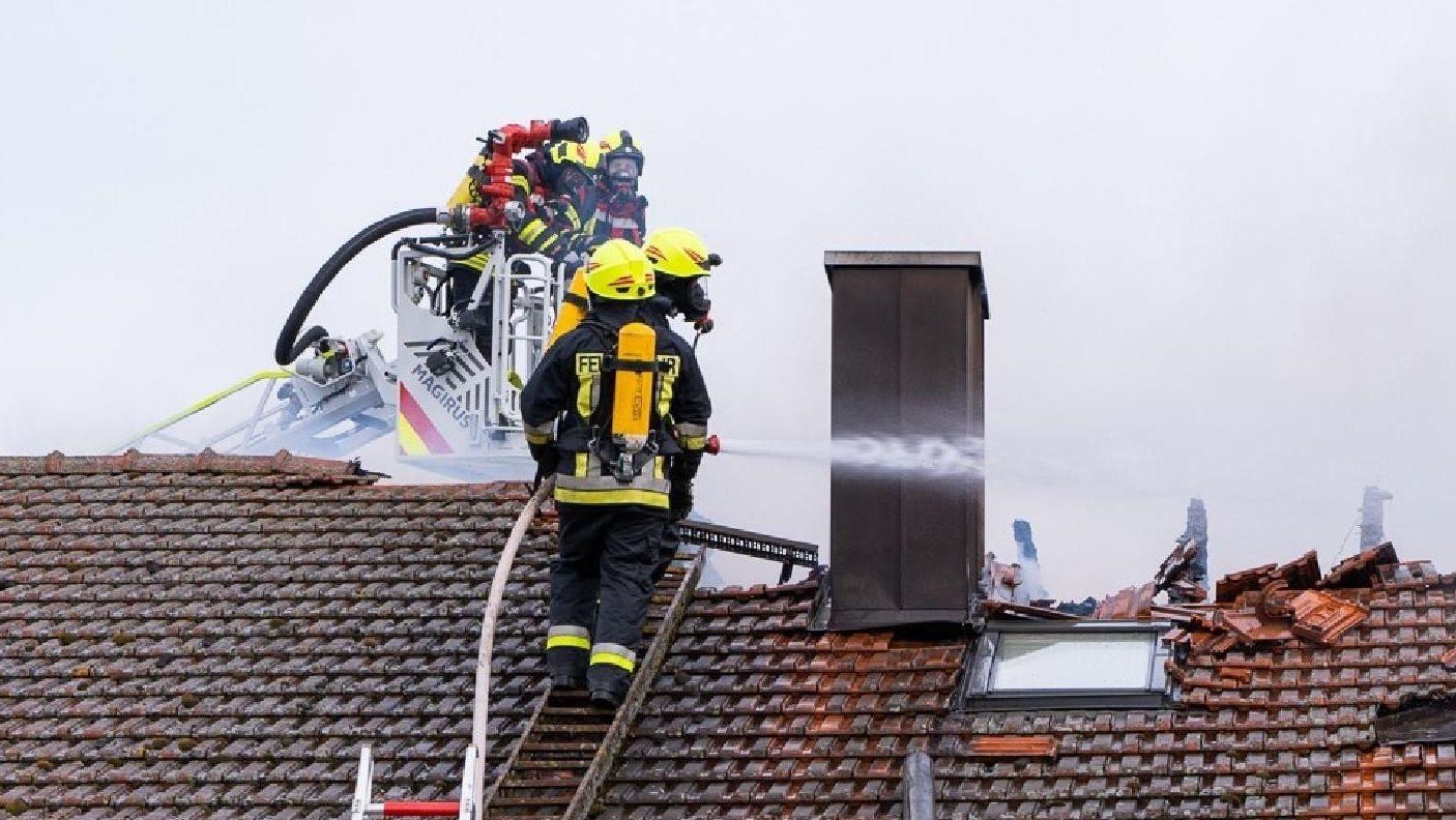 Feuerwehrleute bei letzten Löscharbeiten auf dem Dach