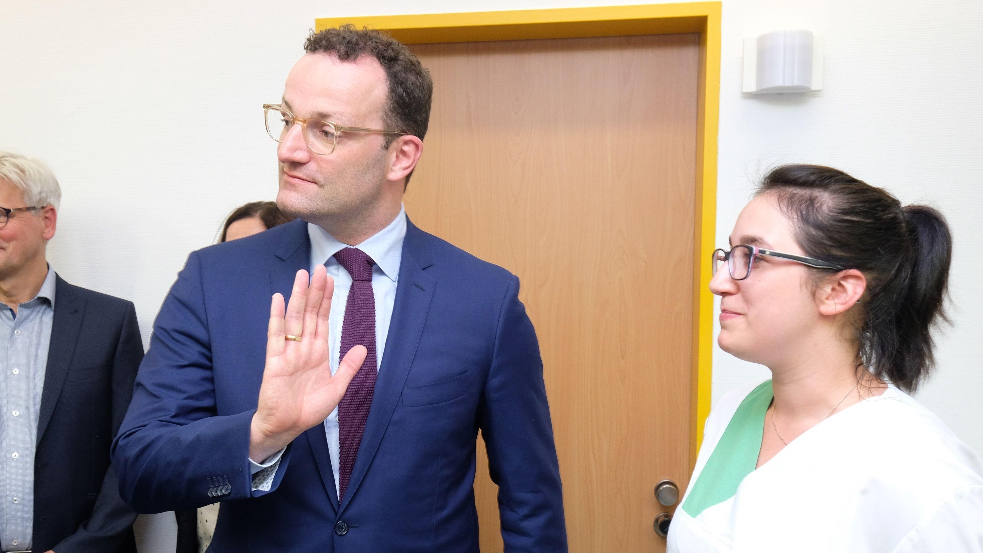Jens Spahn fordert 14 Euro Mindestlohn in der Pflege