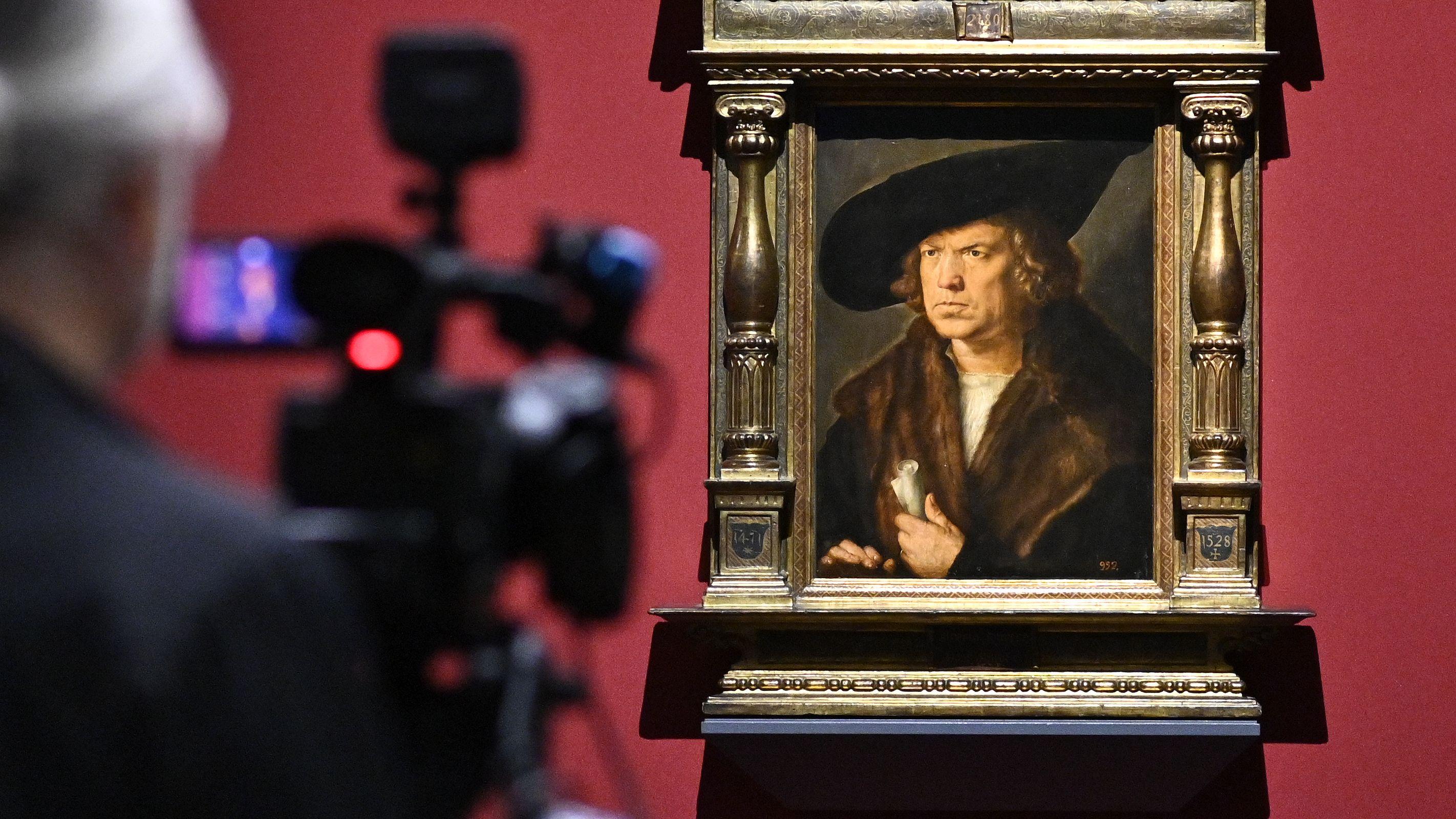 Eine Kamera zeigt auf ein Albrecht Dürer Portrait  in der Albertina Wien