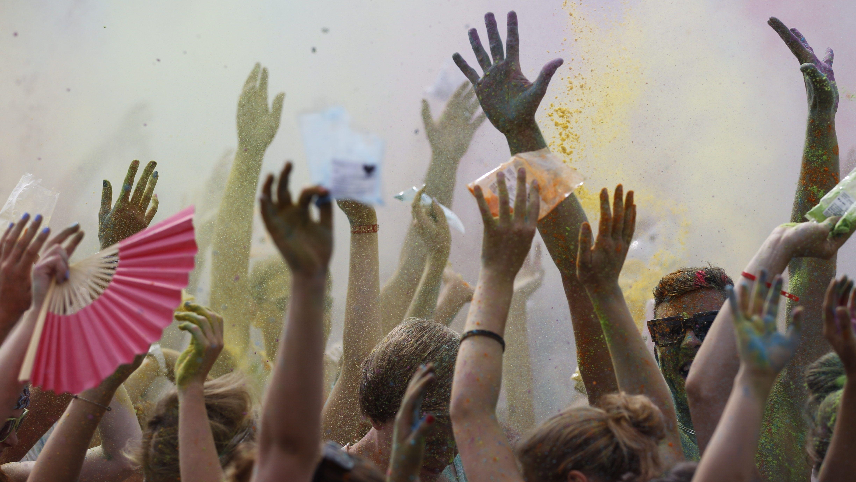 """Glück ist zu einer Art Lifestyle geworden, zeigen Edgar Cabanas und Eva Illouz in: """"Das Glücksdiktat – und wie es unser Leben beherrscht"""". Bild vom """"Farbgefühle Festival"""" in Rennbahnpark in Düsseldorf, 2013"""