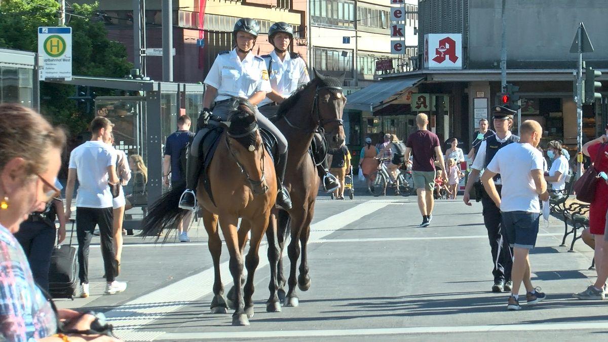 Reiterstaffel der Polizei unterwegs in der Stadt