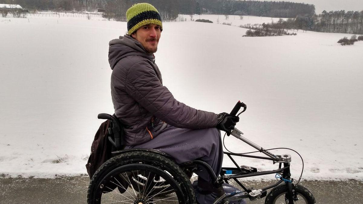 Dominik Herrmann fährt mit dem Rollstuhl durch die verschneite Fränkische Schweiz.