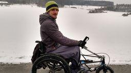 Dominik Herrmann fährt mit dem Rollstuhl durch die verschneite Fränkische Schweiz.   Bild:BR/Karin Goeckel