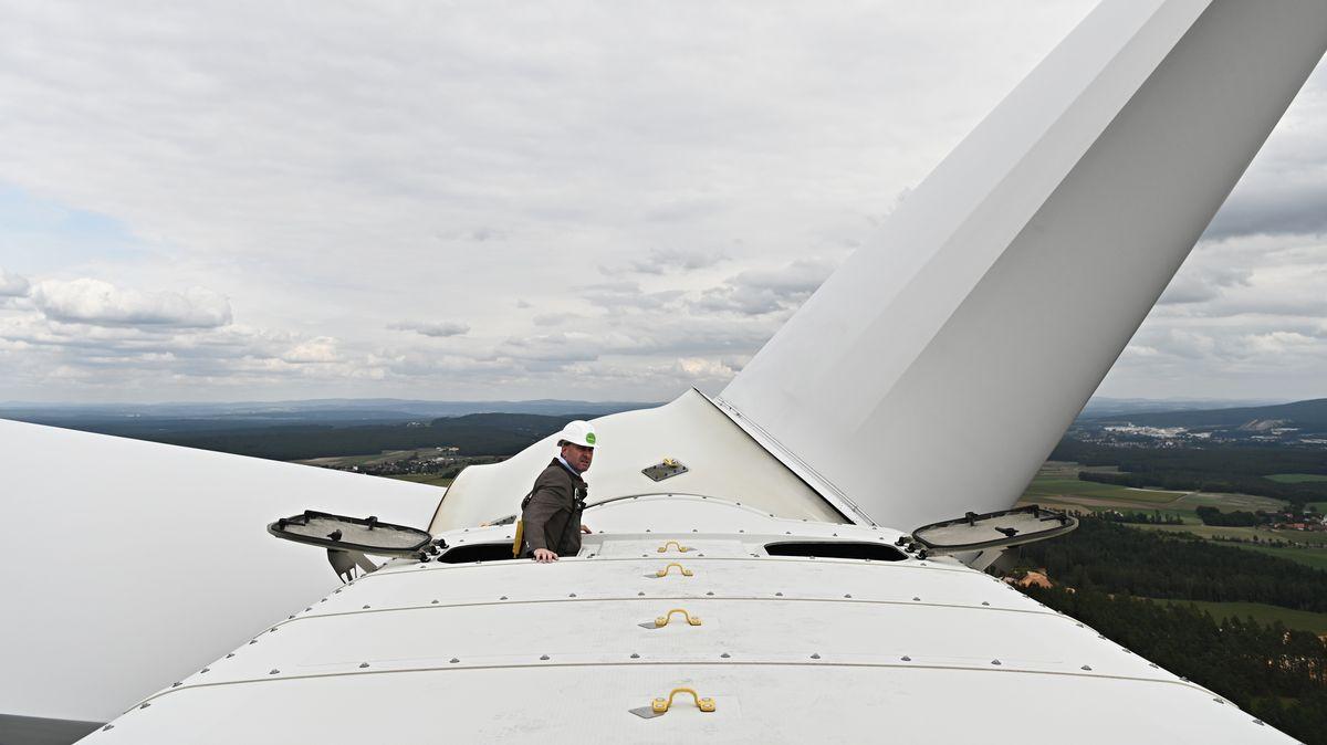 September 2019: Bayerns Wirtschaftsminister Aiwanger steigt auf das Windrad des Bürgerenergieparks Gebenbach (Oberpfalz).