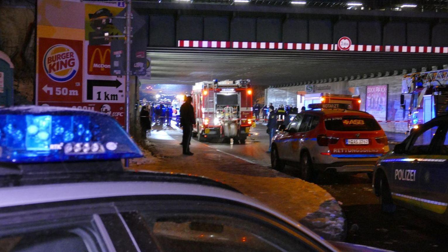 Rettungskräfte am Tatort S-Bahnhof Frankenstadion