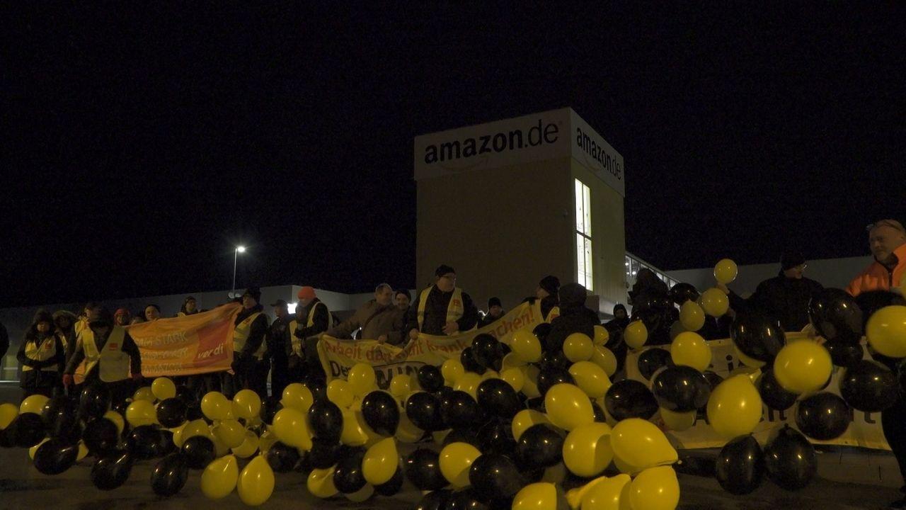 """Bei Amazon in Graben sind Mitarbeiter einem Aufruf der Gewerkschaft Verdi gefolgt und haben zum """"Black Friday"""" die Arbeit niedergelegt."""
