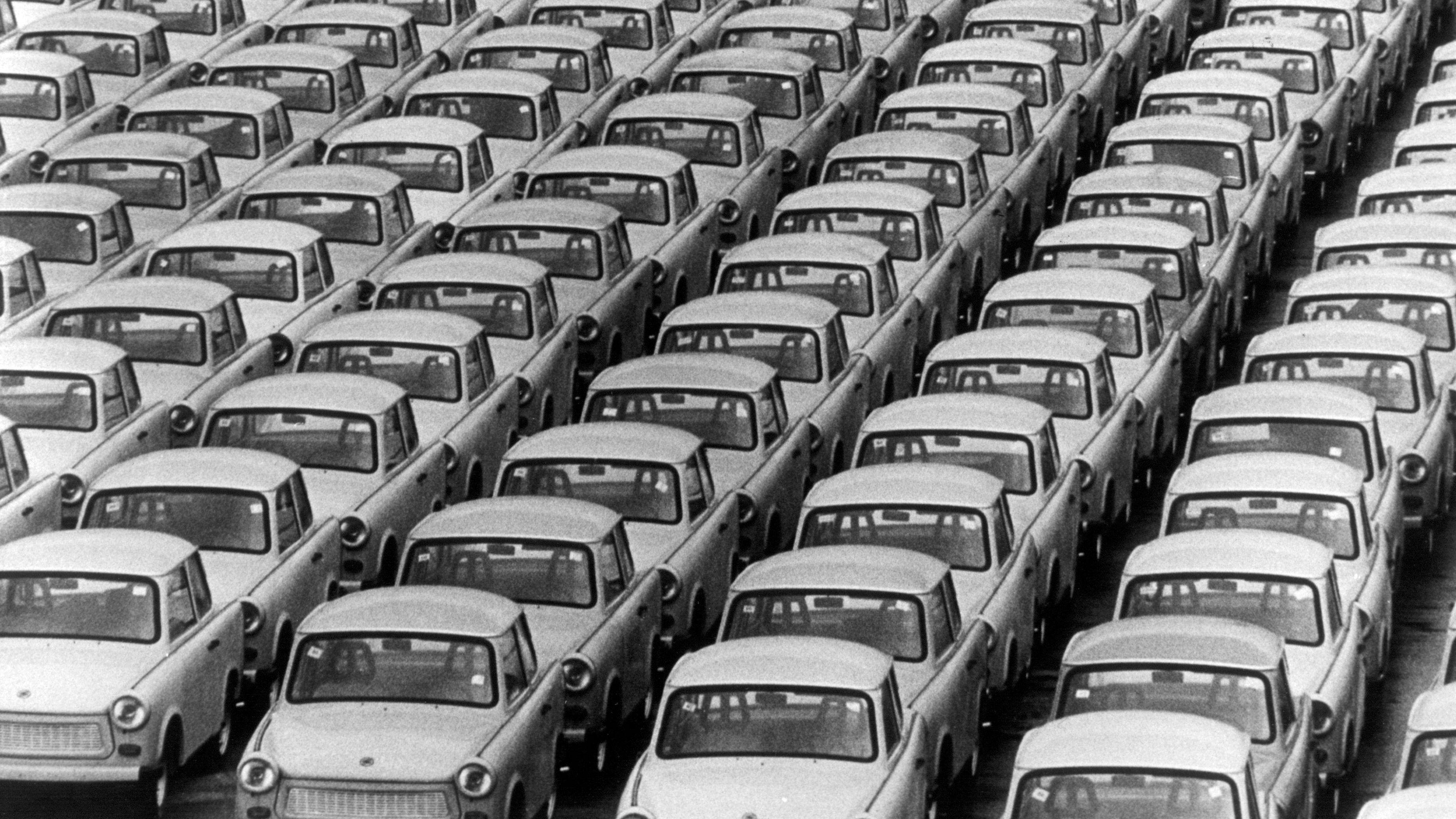 Trabbis 1990 auf einem Auslieferungsparkplatz in Rostock.