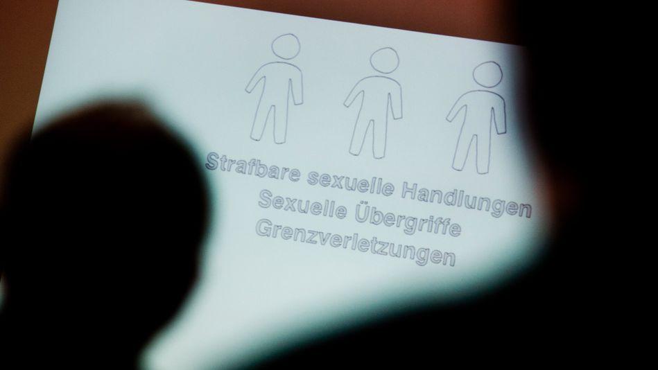 ARCHIV - 15.06.2015, Hannover: ILLUSTRATION - Tagungsteilnehmer betrachten bei einer Fachtagung zur Prävention von sexuellem Missbrauch eine Präsentation.