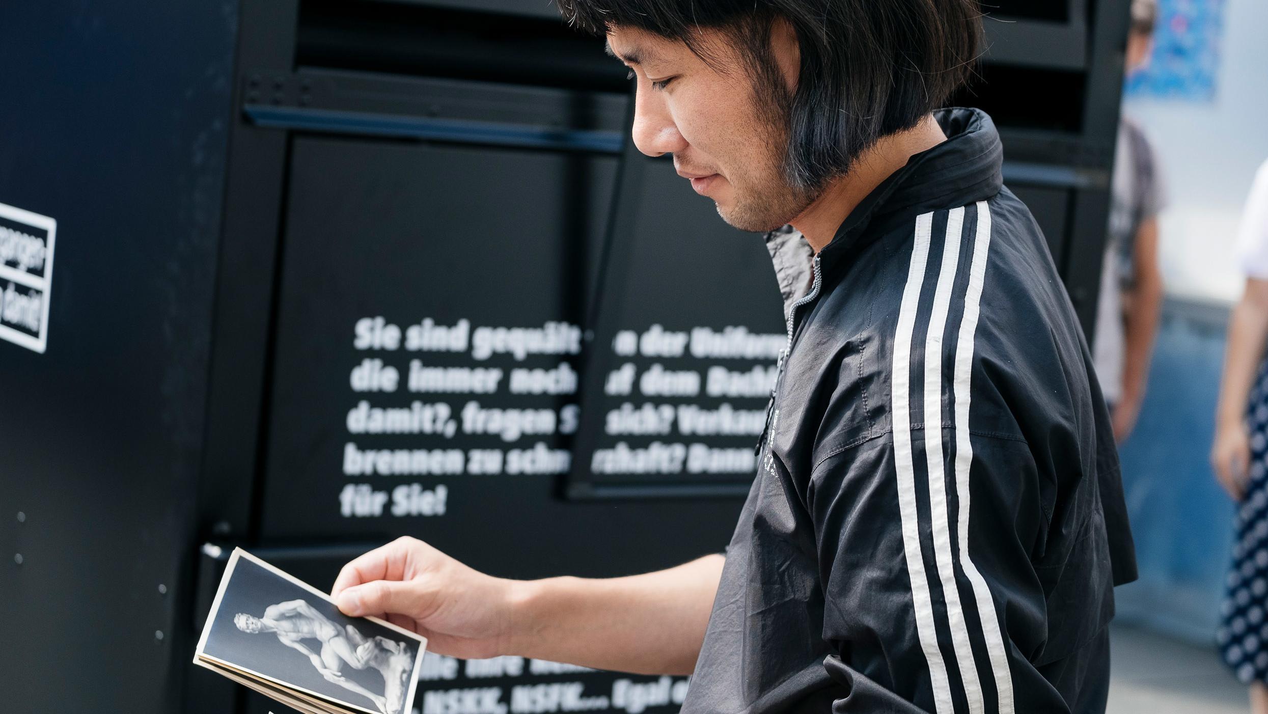 Der Künstler vor seinem Container in Graz