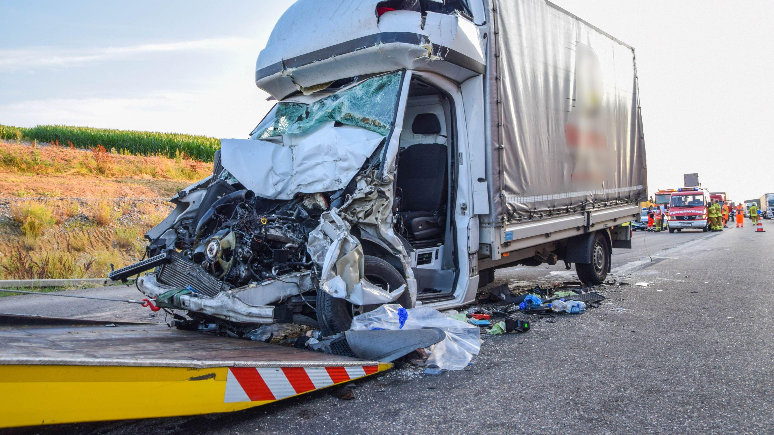 Ein 55-Jähriger ist mit seinem Transporter auf der Autobahn 6 beiHeilbronn in ein Stauende gefahren und dabei getötet worden.